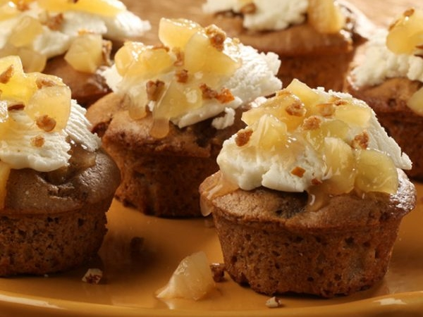 Apple Spice Babycakes With Pretzel Streusel
